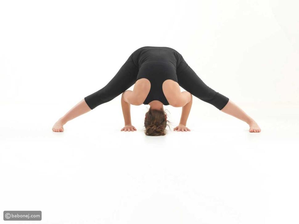 تمرين القدمين المفتوحتين للاسترخاء Wide-Legged Forward Bend Pose