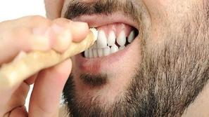 فوائد السواك لصحة الفم والأسنان وأضراره