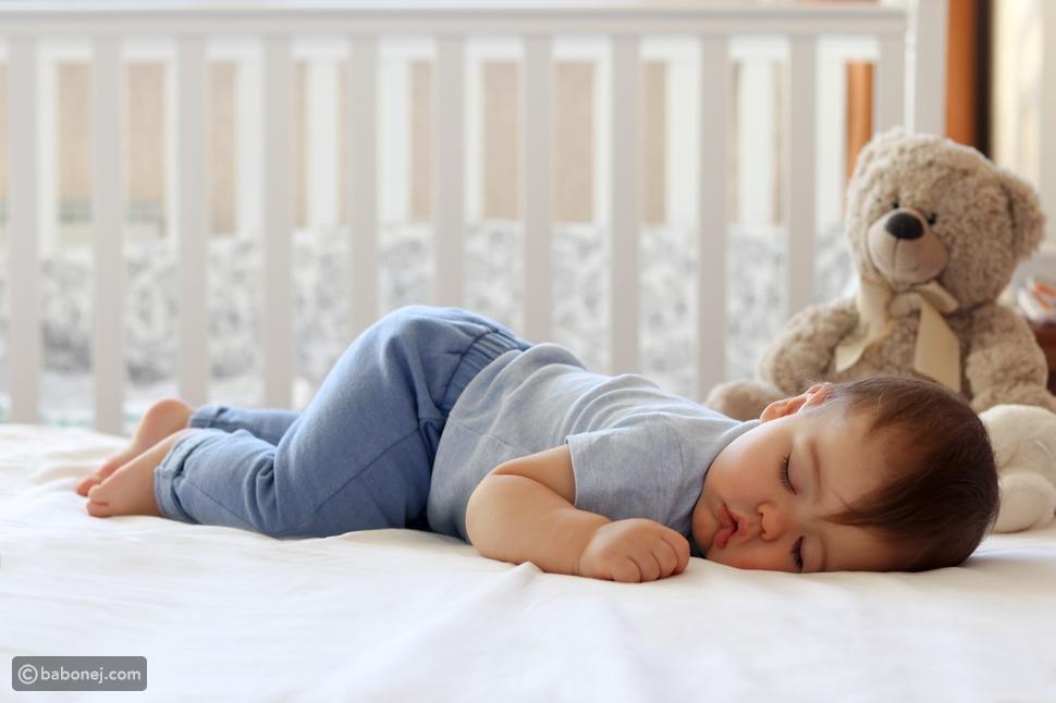 فوائد نوم الرضيع على البطن
