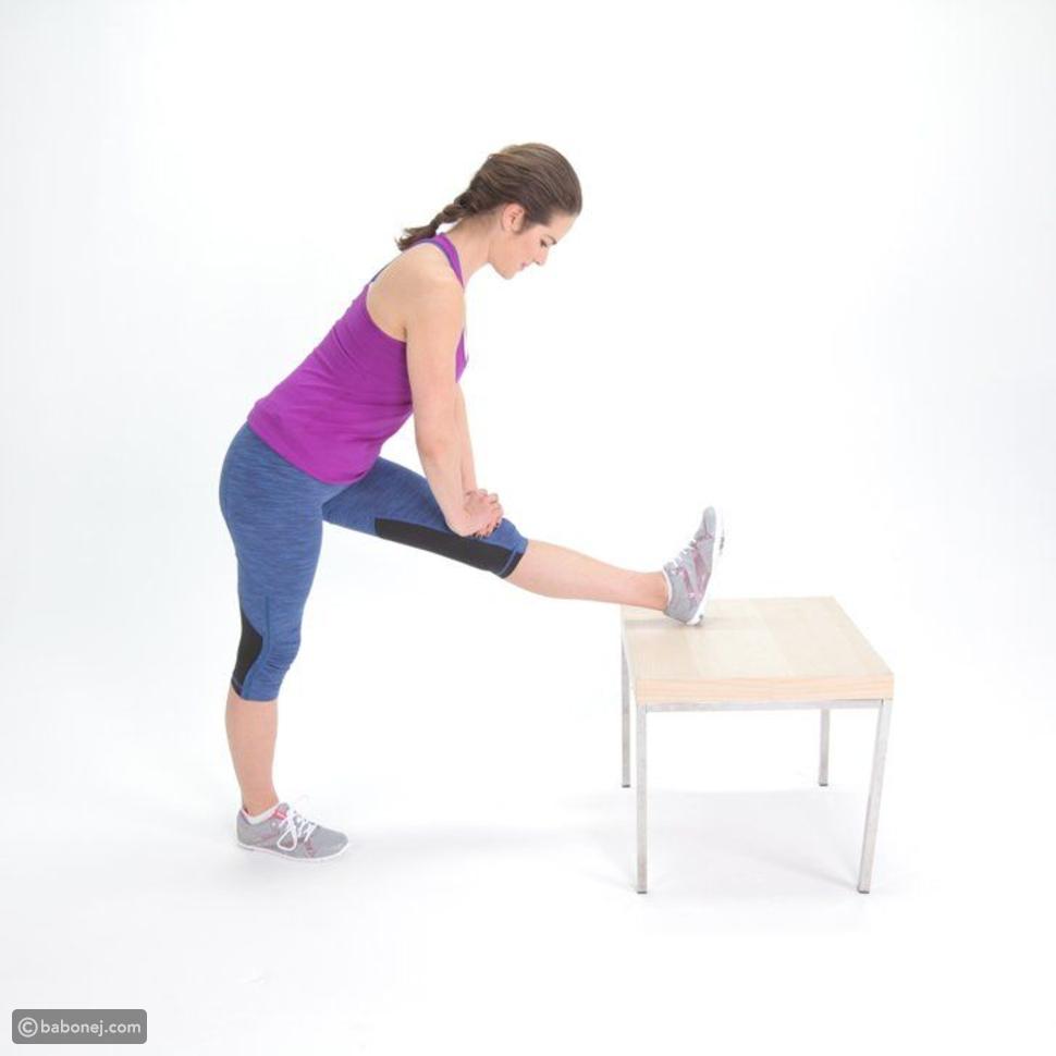 تمديد عضلات باطن الركبة بوضعية الوقوف