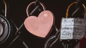 الفرق بين الحب والتعلق المرضي