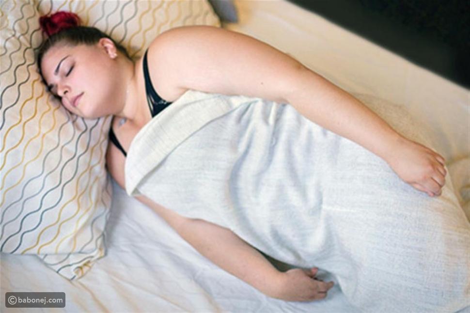 النوم بوضعية لوح الخشب