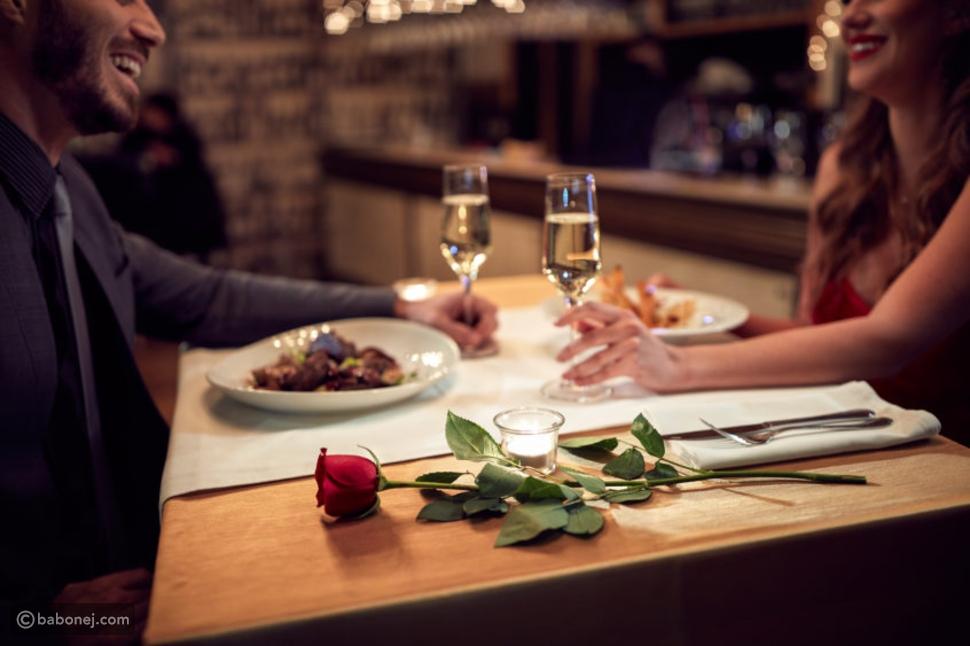 عشاء فاخر وسهرة رومانسية